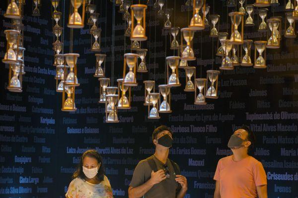 3月11日,人们在巴西里约热内卢明日博物馆参观新冠疫情主题展览。新华社发(卢西亚娜·惠特克摄)