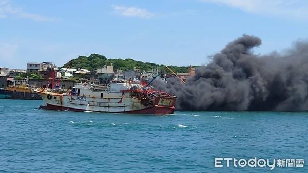 台媒:基隆渔港一渔船着火,传出爆炸声!