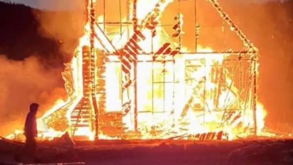 当地时间7月1日晚,不列颠哥伦比亚省新黑兹尔顿一座教堂被焚毁 图源:CBC