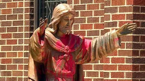 卡尔加里西南部一个天主教堂的耶稣像被涂上红漆 图源:CBC