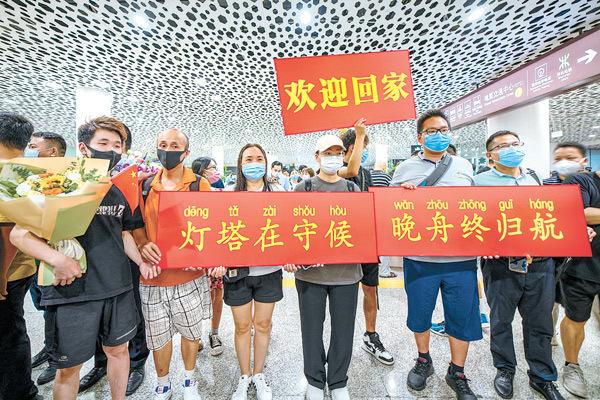 图为9月25日,人们在深圳宝安国际机场欢迎孟晚舟回家。(图片来源:人民视觉)
