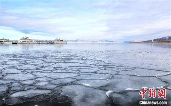 资料图为1月26日拍摄的处于封冻期的青海湖