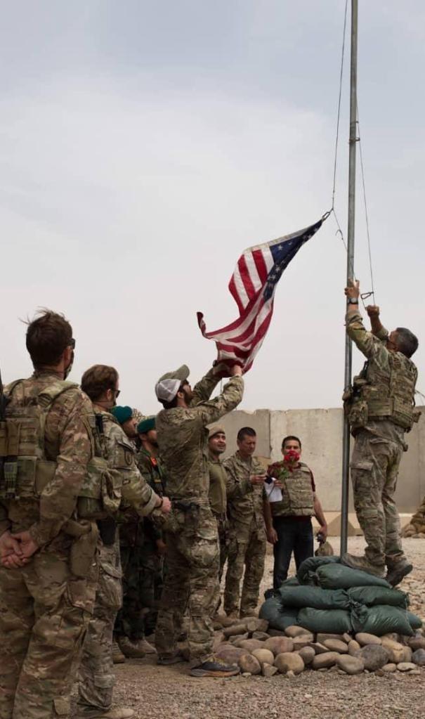 5月2日,美军士兵在阿富汗赫尔曼德省一处军事基地降下美国国旗。新华社发(阿富汗国防部供图)