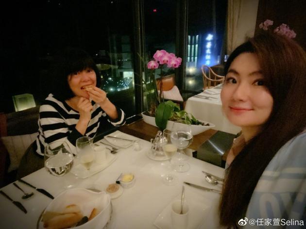 母女俩用餐
