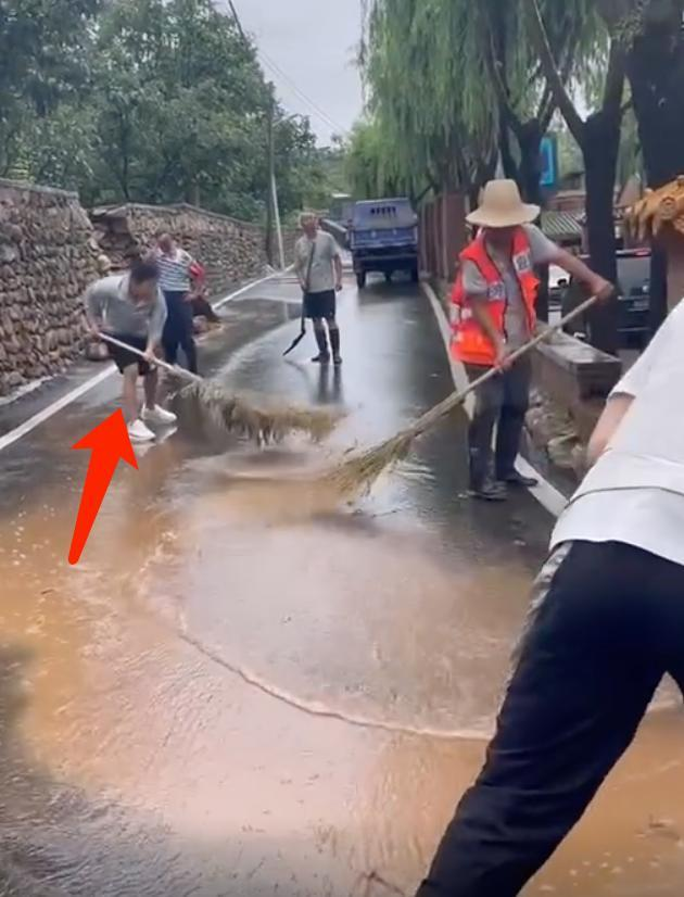 撒贝宁尼格买提突遇围墙塌方 与工人一起打扫积水