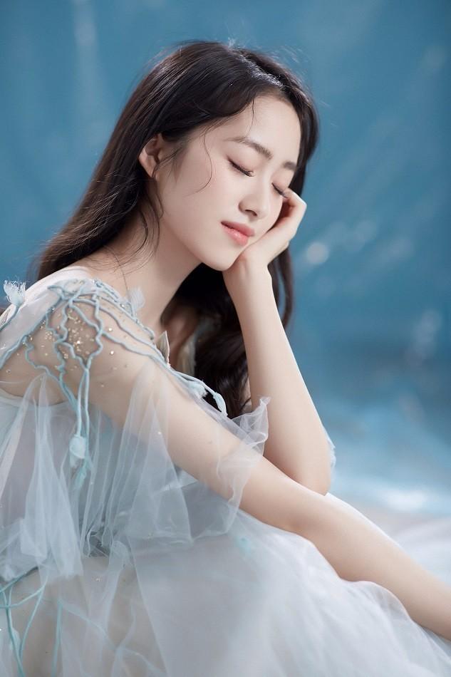 杨肸子蓝色纱裙宛若童话公主 温柔静好优雅迷人