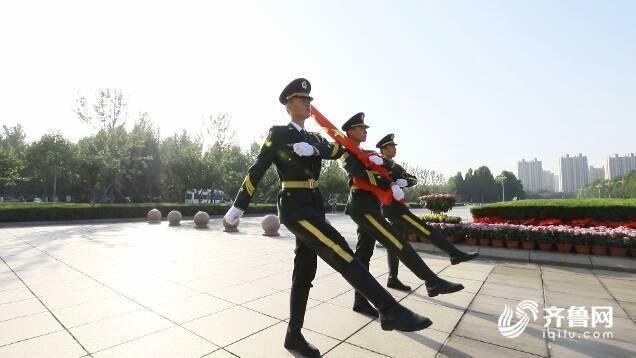 迎旭日,升国旗 潍坊市潍城区300余名干部群众隆重庆祝国庆节