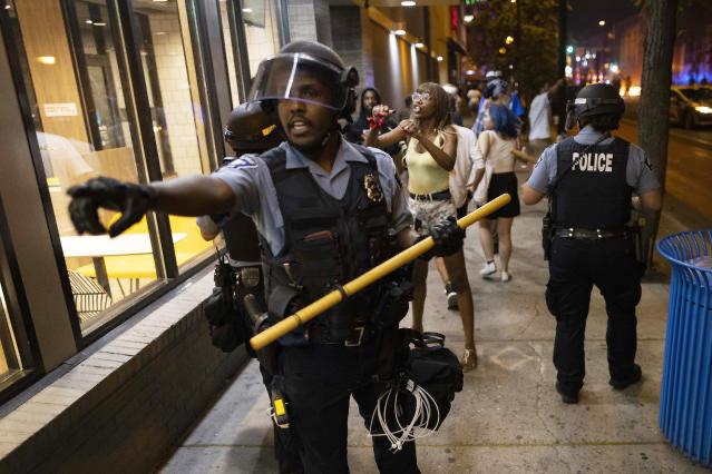 美国明尼阿波利斯市爆发民众抗议活动 以反对射杀非裔居民史密斯