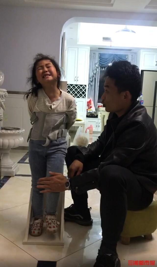 6岁女孩脊髓损伤后奇迹站立:爸爸给了我们很大希望和安全感