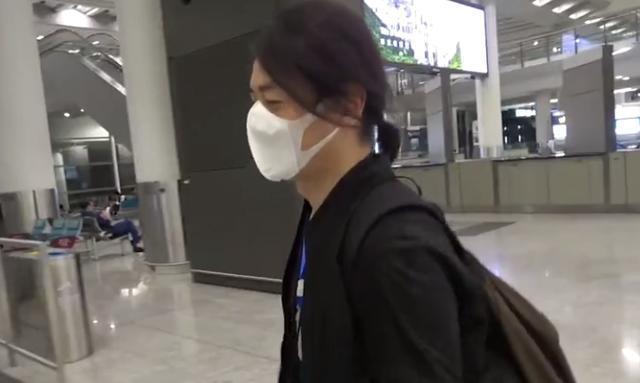 郑伊健夫妇被曝欲移居日本 胸前挂净化包返港