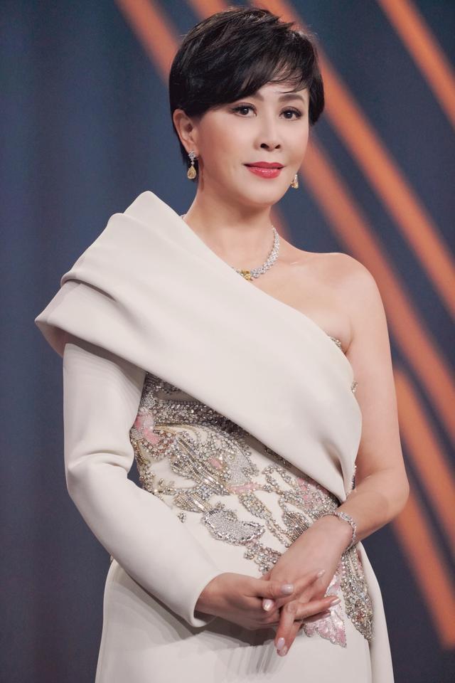 刘嘉玲闪耀微博之夜 珍珠白裙简约大气尽显女神气质