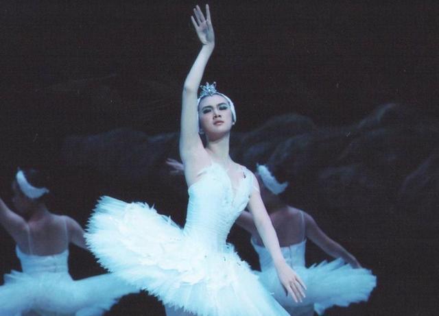 姚安娜跳舞太狂野被指像做法 网友:公主开心就好