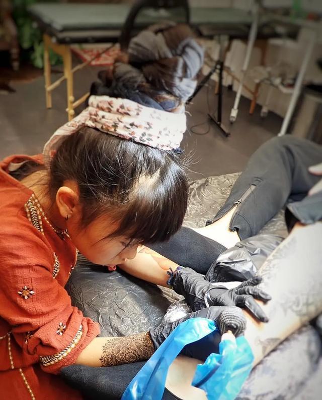 8岁用爸爸身体作画 她成了世界年龄最小的纹身师