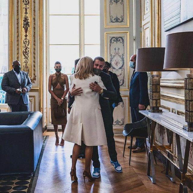 """比伯夫妇巴黎拜见法国总统 深情拥抱""""第一夫人"""""""