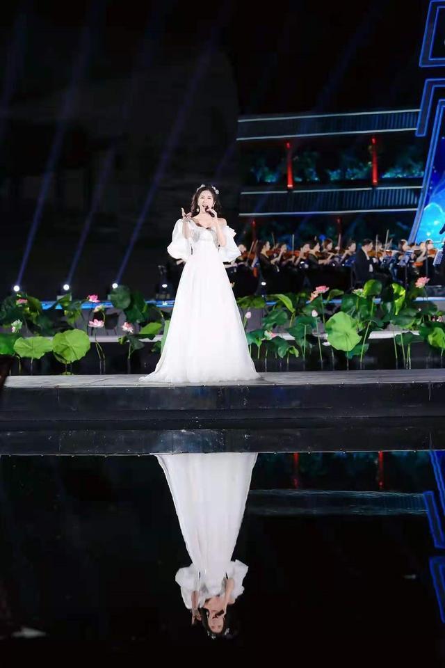 """看学者型歌唱家伊丽媛如何修炼成""""晚会女神""""然后惊艳所有人"""