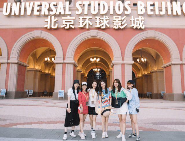 王思聪现身北京环球影城 单膝跪地为美女拍照