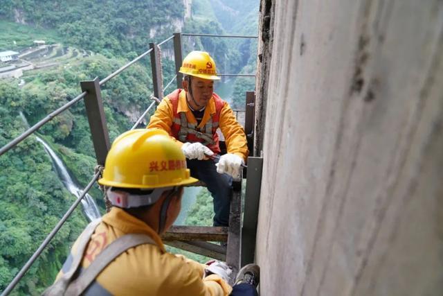 在创世界之最的铁路桥上飞檐走壁!网友:当时我害怕极了