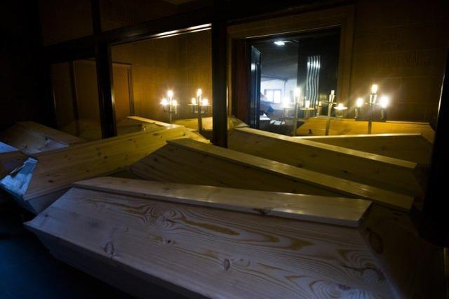 德国瓷都成疫情重灾区,火葬场棺材摞了3层高