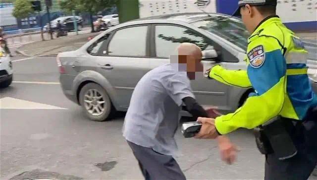 民警用辣椒水喷90岁老人?官方通报:停职调查