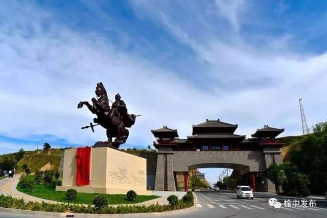 蒙恬像与榆中县北城门 资料图