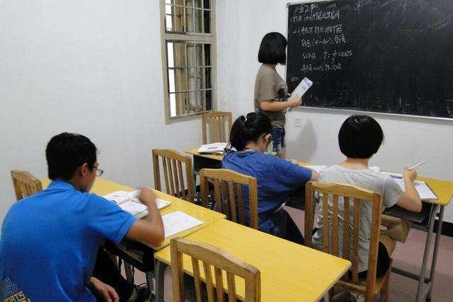 对有偿补课现零容忍!安徽一教师在别墅补课被现场查处