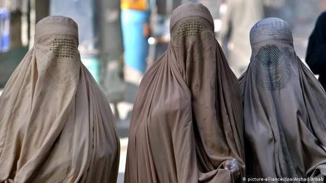 塔利班占领的城市:枪炮声平息,妇女重新穿上罩袍