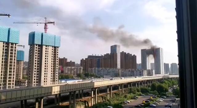 大连凯旋国际大厦突发大火,30多辆消防车救援,暂无人员伤亡