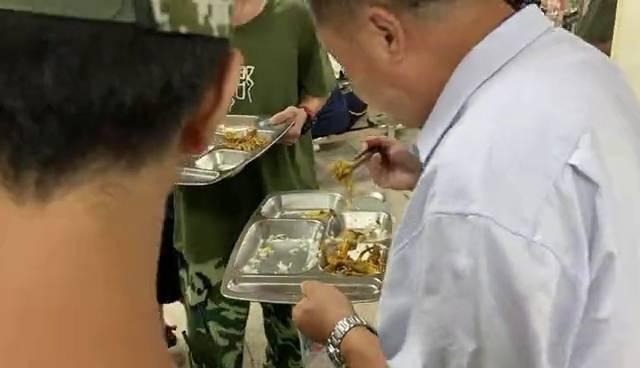 湖南一校长站垃圾桶旁吃学生剩饭 当事人:每天3顿