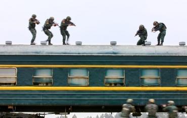 直击武警特战队员火车反劫持演练