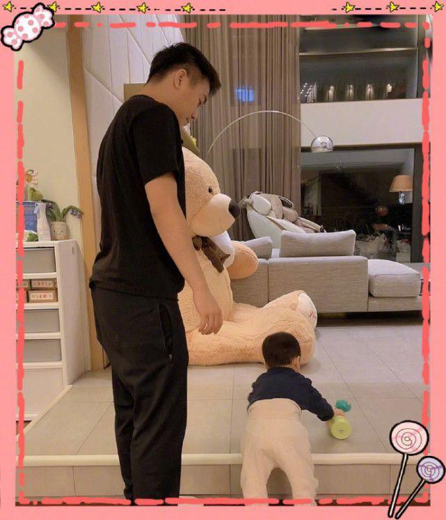 奚梦瑶带儿子出街 Ronaldo一脸呆萌腿长优越