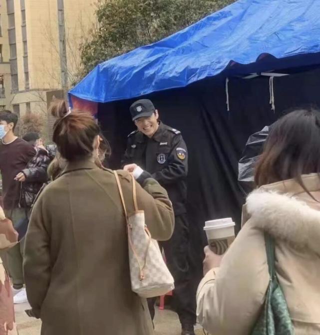 胡歌穿保安服拍戏被偶遇 心情太好笑到五官模糊