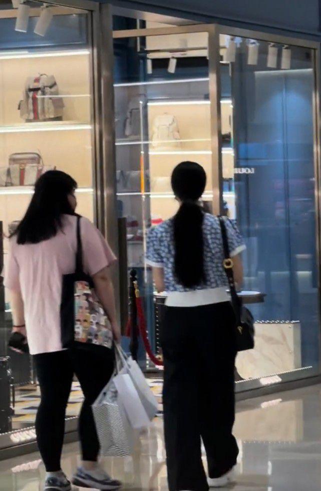 范冰冰逛商场购物被偶遇 打扮低调被赞发量多