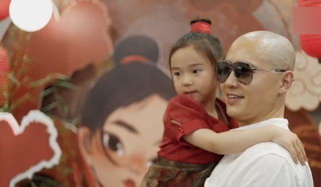高云翔董璇为女儿庆生 性侵风波后首拍全家福