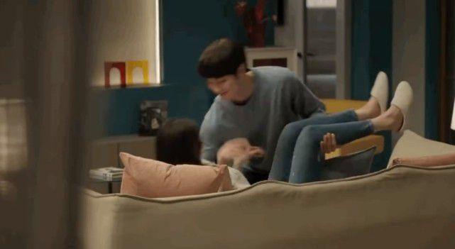 杨幂与小9岁许凯戏里甜蜜拥吻 还被扑倒在沙发上
