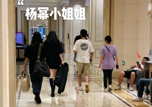 杨幂下电梯被人踩保安很紧张 没生气被赞有素质