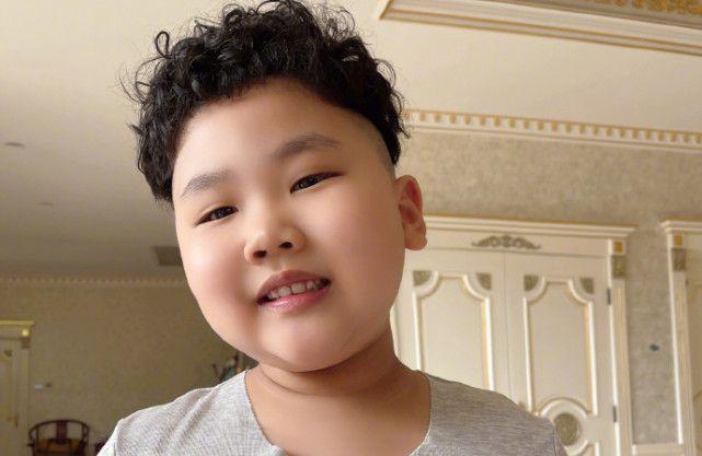 郭德纲小儿子6岁就烫头萌态十足 被称是迷你版于谦