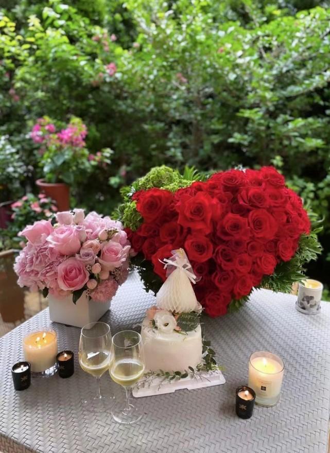 郭台铭与小24岁娇妻甜如热恋 抱花束享受二人世界