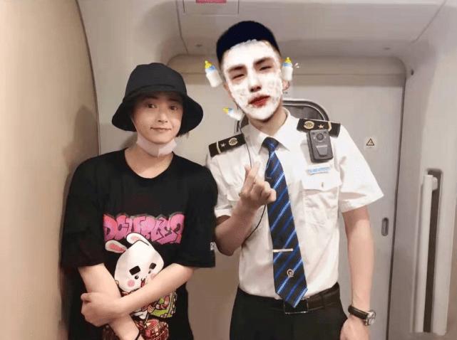 38岁蒋欣与高铁乘务员合影 被对方称赞身材好