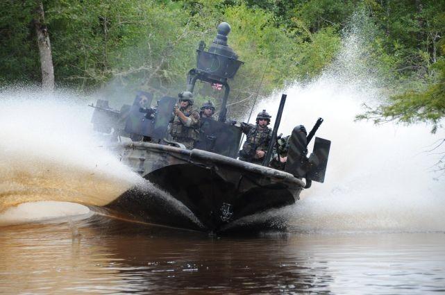 美海军女兵通过选拔训练 加入特种作战快艇部队