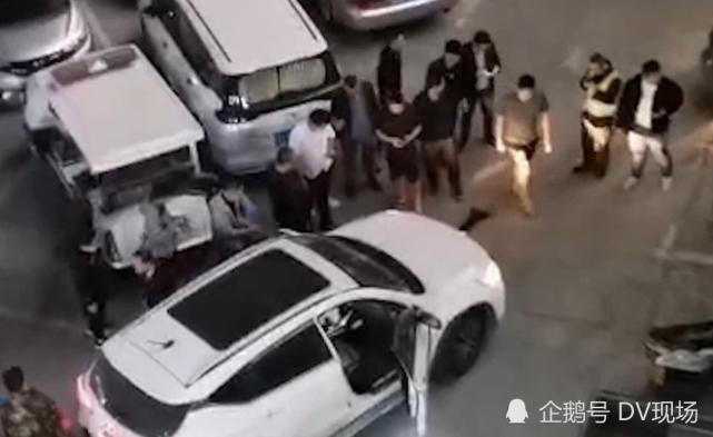男孩停车场内玩耍被碾压,众人合力抬车施救
