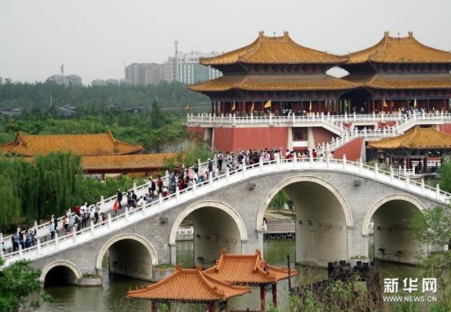 游客在开封清明上河园景区游览(2016年5月2日摄)。新华社记者 李安 摄