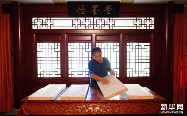 9月1日,衡水法帖雕版拓印技艺的代表性传承人李广民在雕刻前进行选材。新华社记者 金皓原 摄