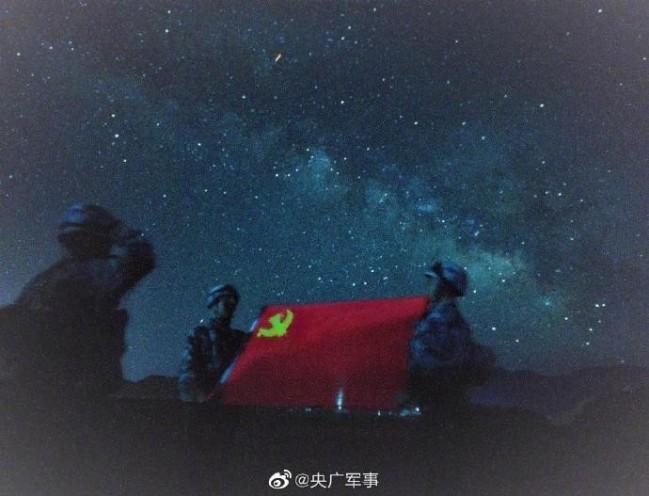 太美了!空降兵拍摄绝美星空壁纸