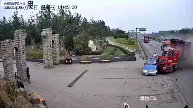 河北武安:大货车撞上出租车 致1死3伤
