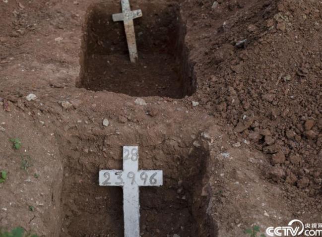 央视网消息:当地时间2021年6月18日,巴西里约热内卢,当地民众在埋葬新冠逝者。截至当地时间6月18日,巴西新冠肺炎累计确诊病例达17801462例,累计死亡病例498499例。人民视觉