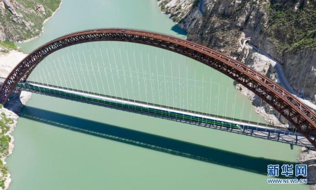 试运行的复兴号列车行驶在藏木特大桥上(6月17日摄,无人机照片)。