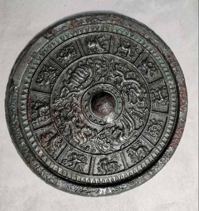 阿勒泰地区考古发掘出土的四神十二生肖铜镜