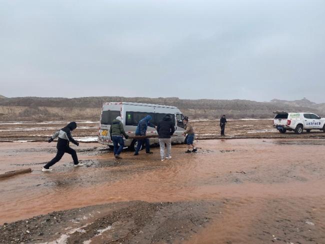 调查博斯坦托格拉克石窟途中车辆陷入河中