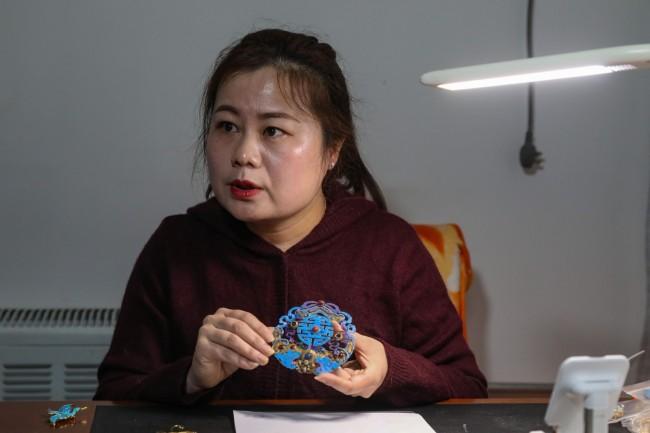 肖玉妹展示此前制作的点翠制品。新京报记者 王远征 摄