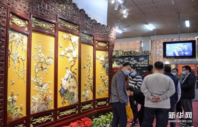 4月5日,观众在参观米春雷大师领衔制作的百宝镶嵌屏风《鸟语花香》。新华社记者李欣摄